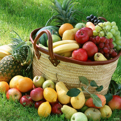 cesto pieno di frutta invernale