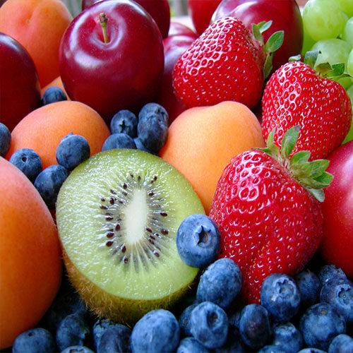 kiwi, fragole, lamponi e altra frutta di stagione primaverili