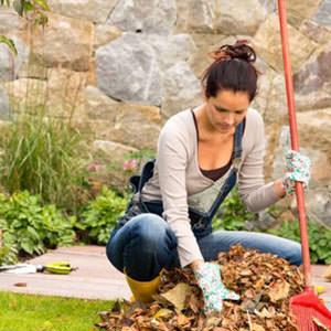 ragazza che coltiva l'orto in autunno
