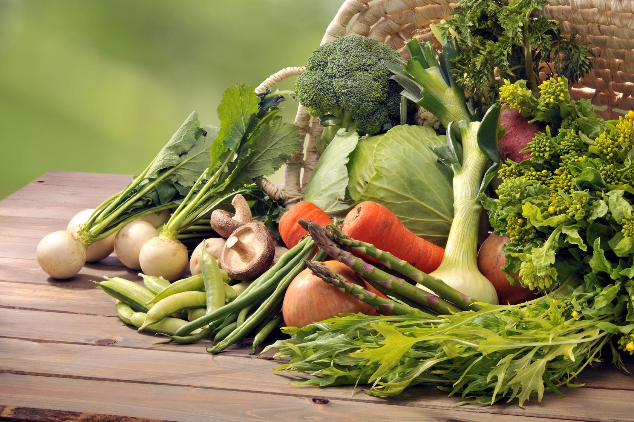ortaggi e frutta fresca disposti sul tavolo